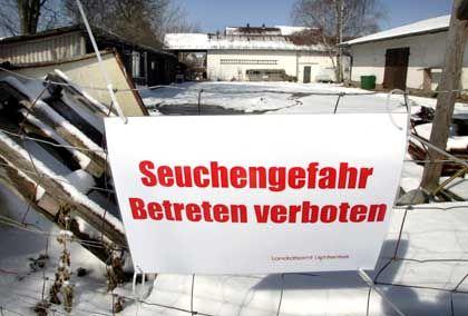 Gesperrt: Der oberfränkische Betrieb, in dem am Wochenende sieben Enten verendeten
