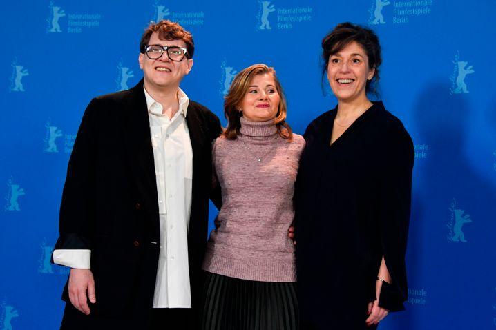 Co-Regisseure Ilja Chrschanowski (links) und Jekaterina Oertel (rechts) mit Hauptdarstellerin Natalya Berezhnaya
