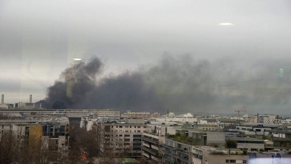 Gare de Lyon abgeriegelt: Rauchwolken über Pariser Bahnhof
