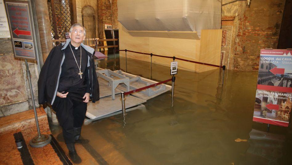 """Bischof Francesco Moraglia in der überfluteten Basilika: """"Ich habe die Stadt der Madonna anvertraut"""""""