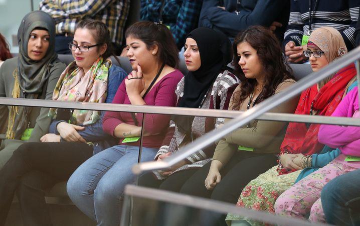 Jugendliche Migrantinnen auf der Zuschauertribüne des Bundestages