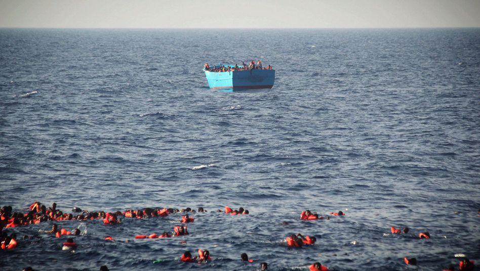 Flüchtlinge vor Libyen im Mittelmeer