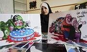 Eine palästinensische Zeichnerin präsentiert stolz ihre Karikaturen. Die Botschaft? Juden sind geborene Killer
