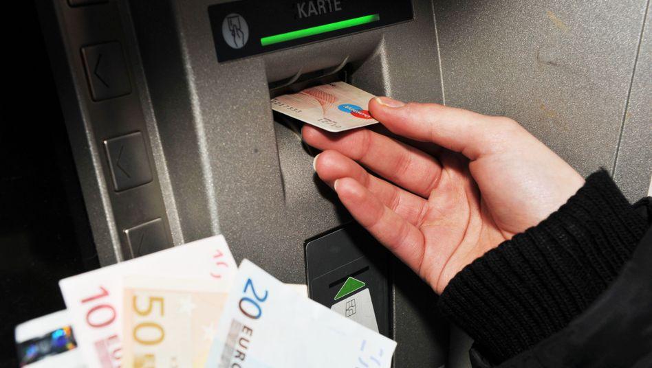Kunde am Geldautomat: In Deutschland haben 670.000 Menschen kein Bankkonto