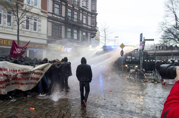 Bei einer Demo am 21. Dezember 2013 kam es vor der Roten Flora im Schanzenviertel zu schweren Auseinandersetzungen zwischen Polizei und Protestlern.