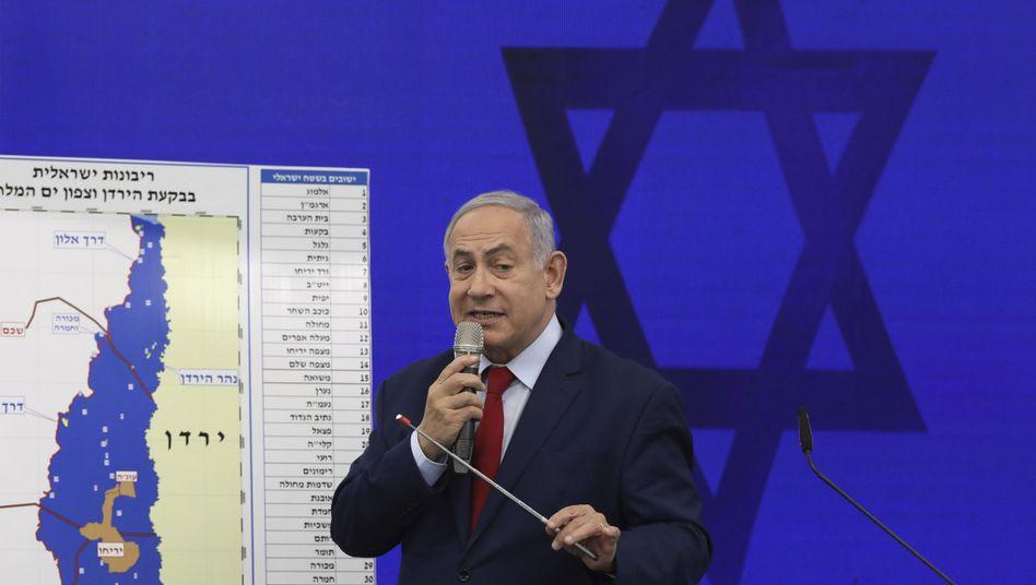 """Netanyahu bei der Pressekonferenz nahe Tel Aviv: Sein """"Wahlversprechen"""" löst umgehend Kritik aus"""