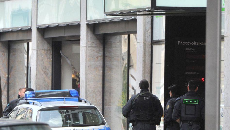 Polizisten vor der H&M-Filiale in der Leipziger Innenstadt: Notruf aus dem Laden