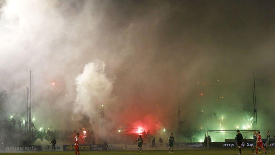 Derby in Athen: Bengalos und Platzsturm