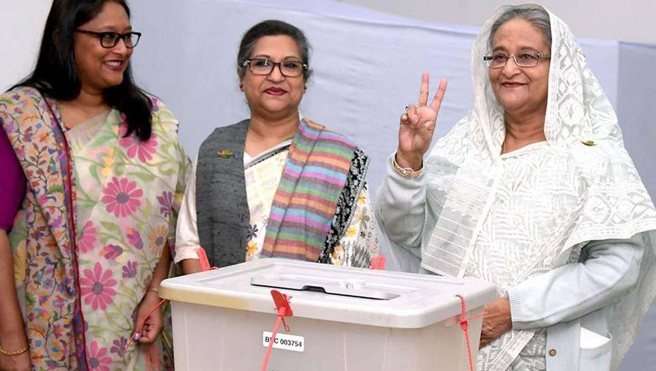 Premierministerin Sheikh Hasina im Wahllokal