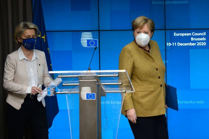 EU-Kommissionspräsidentin von der Leyen, EU-Ratspräsidentin Merkel: »Dass monatelang um die Kosten gerungen wurde, man sich dadurch aber einen Nachteil bei der Belieferung einhandelte, lässt sich zumindest rückblickend kaum nachvollziehen«