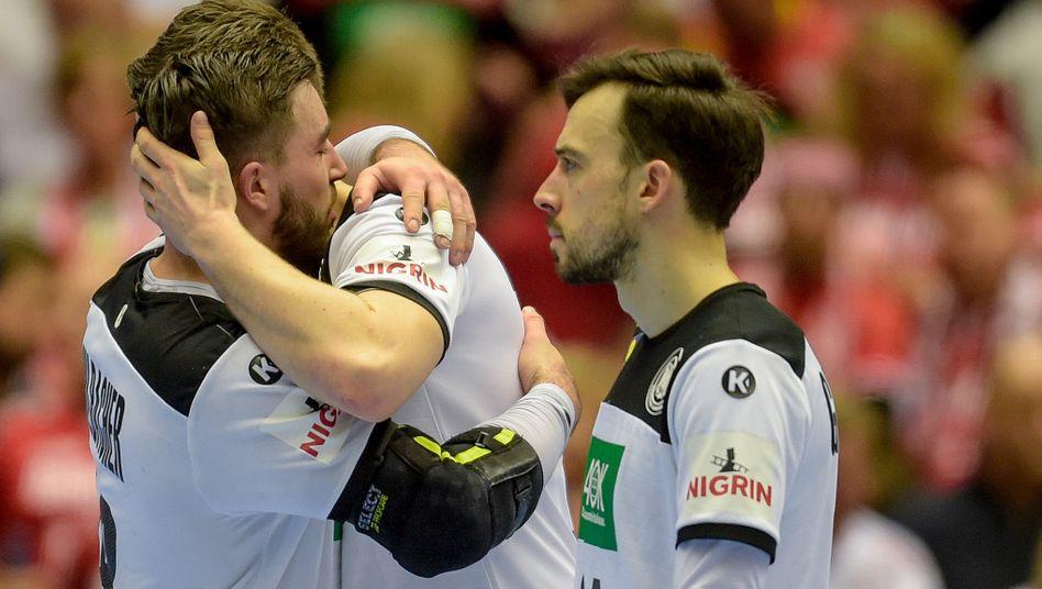 Jannik Kohlbacher tröstet einen Mitspieler bei einem Handballspiel - nun könnte die ganze Mannschaft in Quarantäne kommen