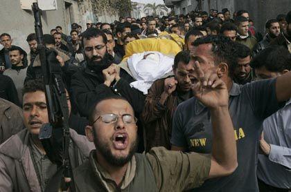 Protestierende Palästinenser mit Leiche des getöteten Al-Aksa-Kämpfers: Gewalt-Ausbruch nach sechs Monaten Waffenruhe