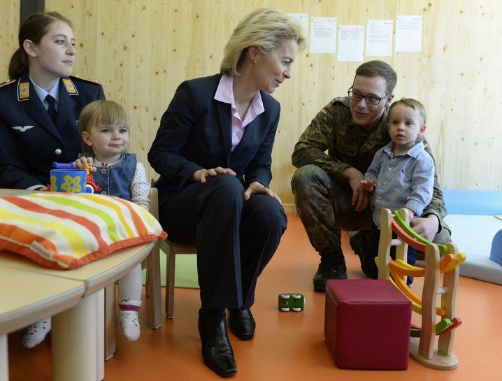 Von der Leyen in München in einer Bundeswehr-Kita: Menschen für die Freiwilligenarmee begeistern