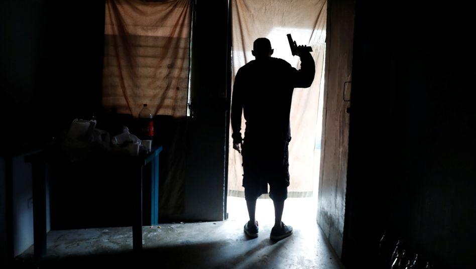 Kriminelle Organisationen setzen den Corona-Lockdown mit Gewalt durch - auch weil sie fürchten, dass sich das Virus sonst unter ihren eigenen Mitgliedern verbreitet