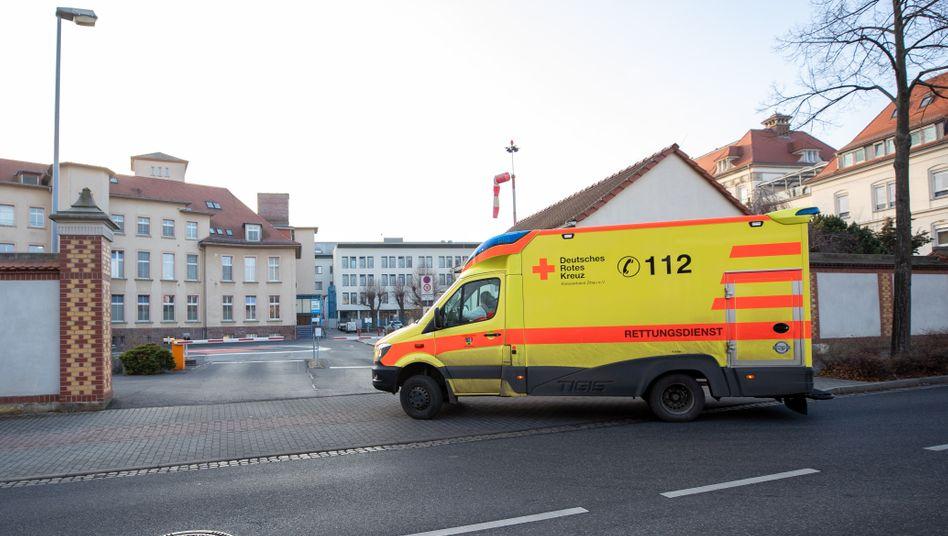 Kritische Lage: Rettungswagen vor dem Klinikum Oberlausitzer Bergland