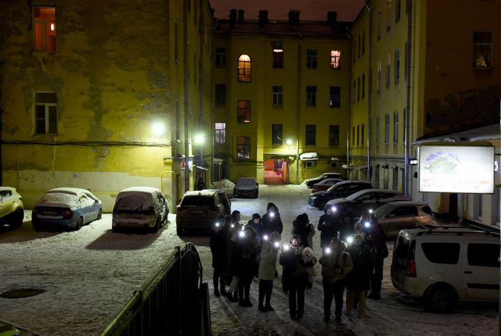 Stiller Protest mit Taschenlampen: Flashmob der anderen Art