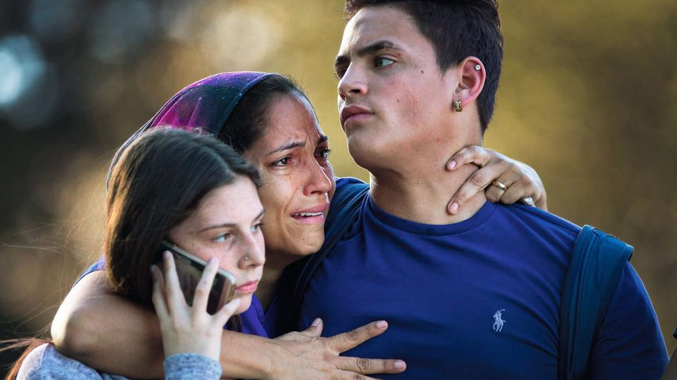 Schüler mit Angehörigen nach Attentat: In zwei Jahrzehnten wurden 150 000 Schüler Zeugen von Schießereien
