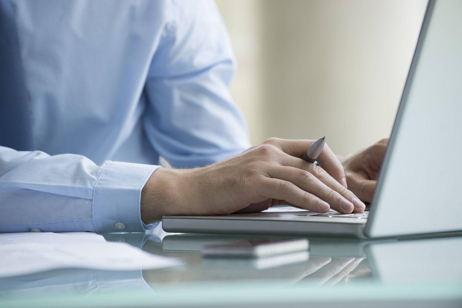Man using laptop computer PUBLICATIONxINxGERxSUIxAUTxONLY Copyright EricxAudras B39072224