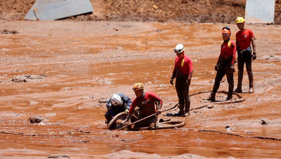 Rettungskräfte nach dem Dammbruch