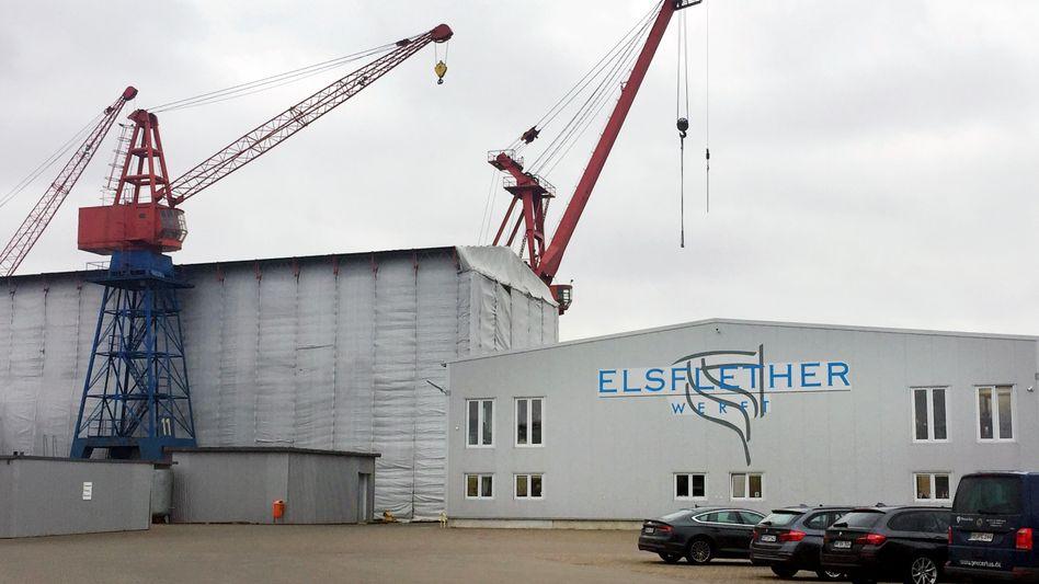 """Firmenlogo der Elsflether Werft an einer Halle: Der Betrieb an dem Standort soll """"wirtschaftlich nicht tragfähig"""" sein"""