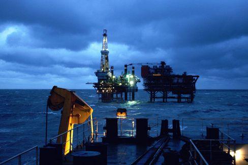 Eine Bohrinsel in China: Die Abhängigkeit vom Öl zwingt uns, immer weiter zu suchen und immer mehr dafür zu bezahlen