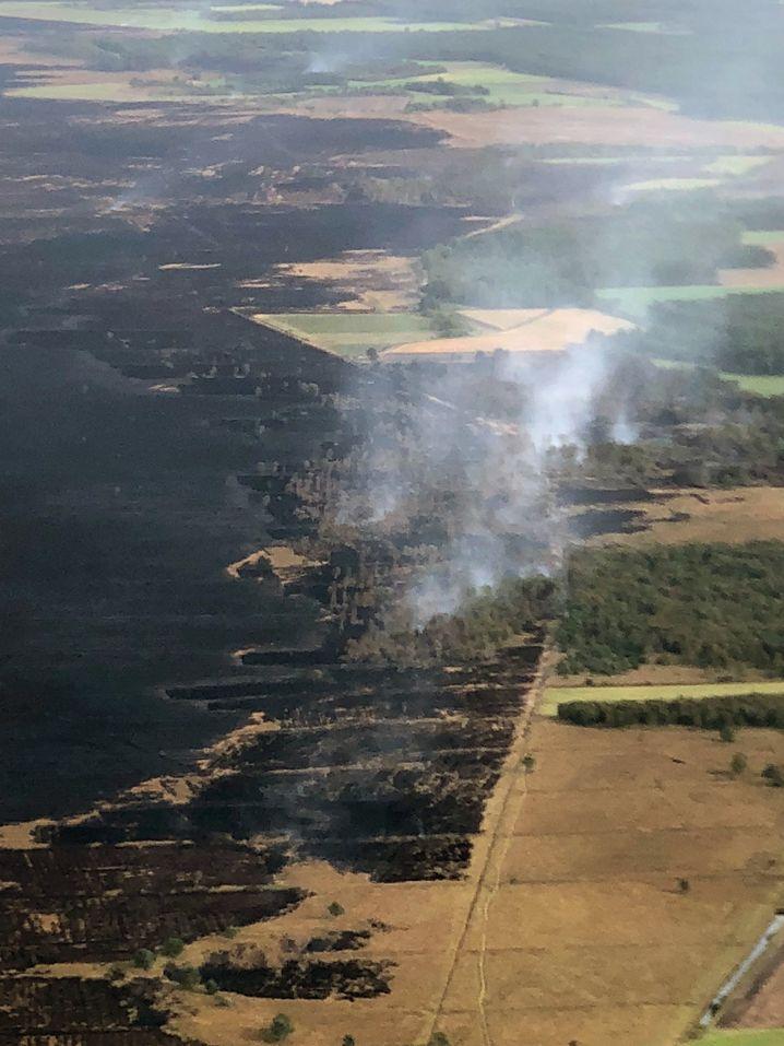 Auf Luftbildern ist das Ausmaß des Moorbrands am Samstag zu sehen