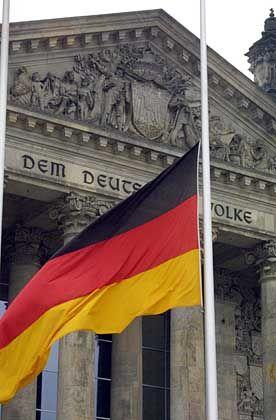 Deutschland-Flagge vor dem Berliner Reichstag: Neurotischer Wurm im deutschen Selbstbewusstsein