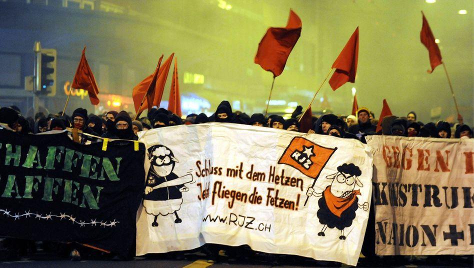 """Demonstranten in Zürich: """"Schluss mit dem Hetzen, jetzt fliegen die Fetzen"""""""