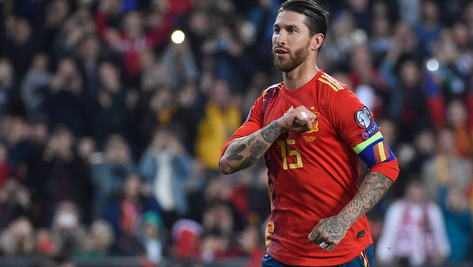 Hand aufs Herz: Sergio Ramos trifft mit seiner Faust das Wappen des spanischen Fußballverbandes. Und gerne ins gegnerische Tor.