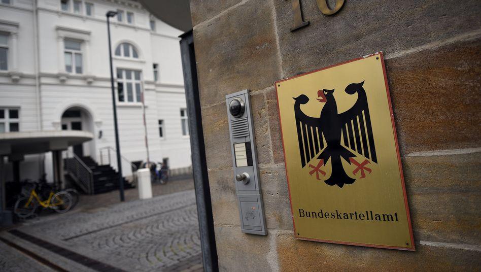 Eingangsschild am Bundeskartellamt in Bonn