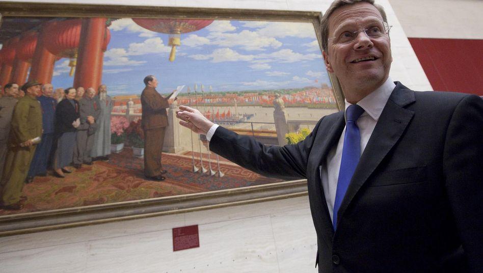 Westerwelle zeigt in Peking auf ein Bild mit dem Großen Vorsitzenden Mao: Zeit abgelaufen
