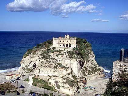 Blickfang in Tropea: Die Wallfahrtskirche Santa Maria dell'Isola liegt auf einer kleinen Halbinsel vor der Altstadt