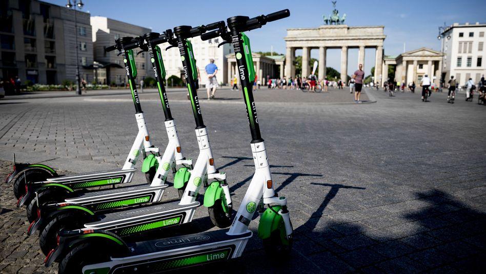 Lime-Roller stehen am Brandenburger Tor für Kunden bereit