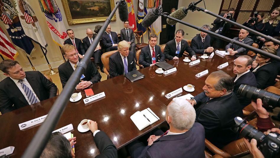 Ein Bild aus glücklicheren Zeiten: 2017 empfing Donald Trump Wirtschaftsführer im Weißen Haus