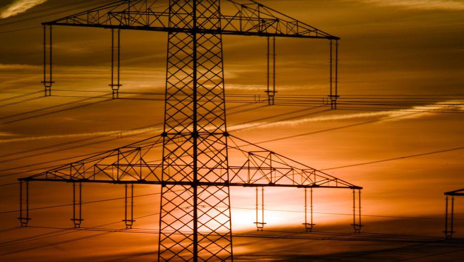Strommast im Morgenrot: Energiewende voranbringen