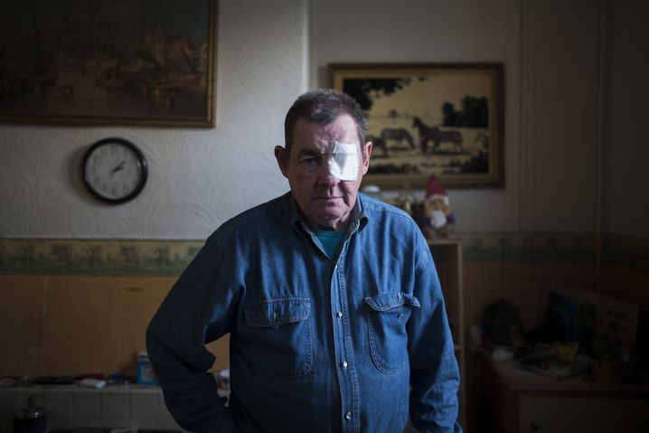 """Derrick wird von den anderen Bewohnern Noddy genannt. Er ist mit 67 Jahren der Älteste am """"Square"""". Fischer wurde er 1964, zu den besten Zeiten. Und er hat den drastischen Niedergang der Fischerei in Grimsby miterlebt. Sein Auge verlor er durch einen Tumor, den er nicht behandeln ließ, bis er das Augenlicht verlor. Eines Tages boten ihm die anderen Bewohner im Scherz an, für ein Glasauge zusammenzulegen, erzählt Fotograf Pourreza-Jorshari. Derrick habe abgelehnt, er wolle ja schließlich keine zwei verschiedenfarbige Augen haben. Derartige Frotzeleien helfen den Bewohnern, ihre tiefe Verzweiflung zu überspielen, sagt Pourreza-Jorshari."""