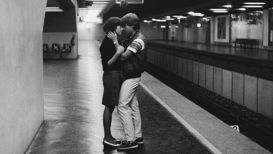 """Umarmung auf dem U-Bahnsteig, 1982: """"Dieses Dematerialisierungsgehabe schöner Frauen"""""""
