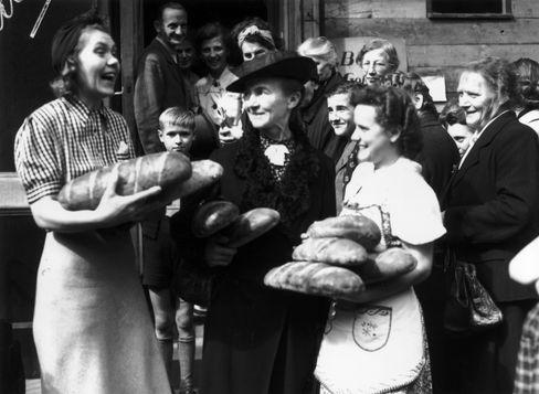 Man nahm, was man kriegen konnte. Deutsche Frauen vor einer Bäckerei im August 1945