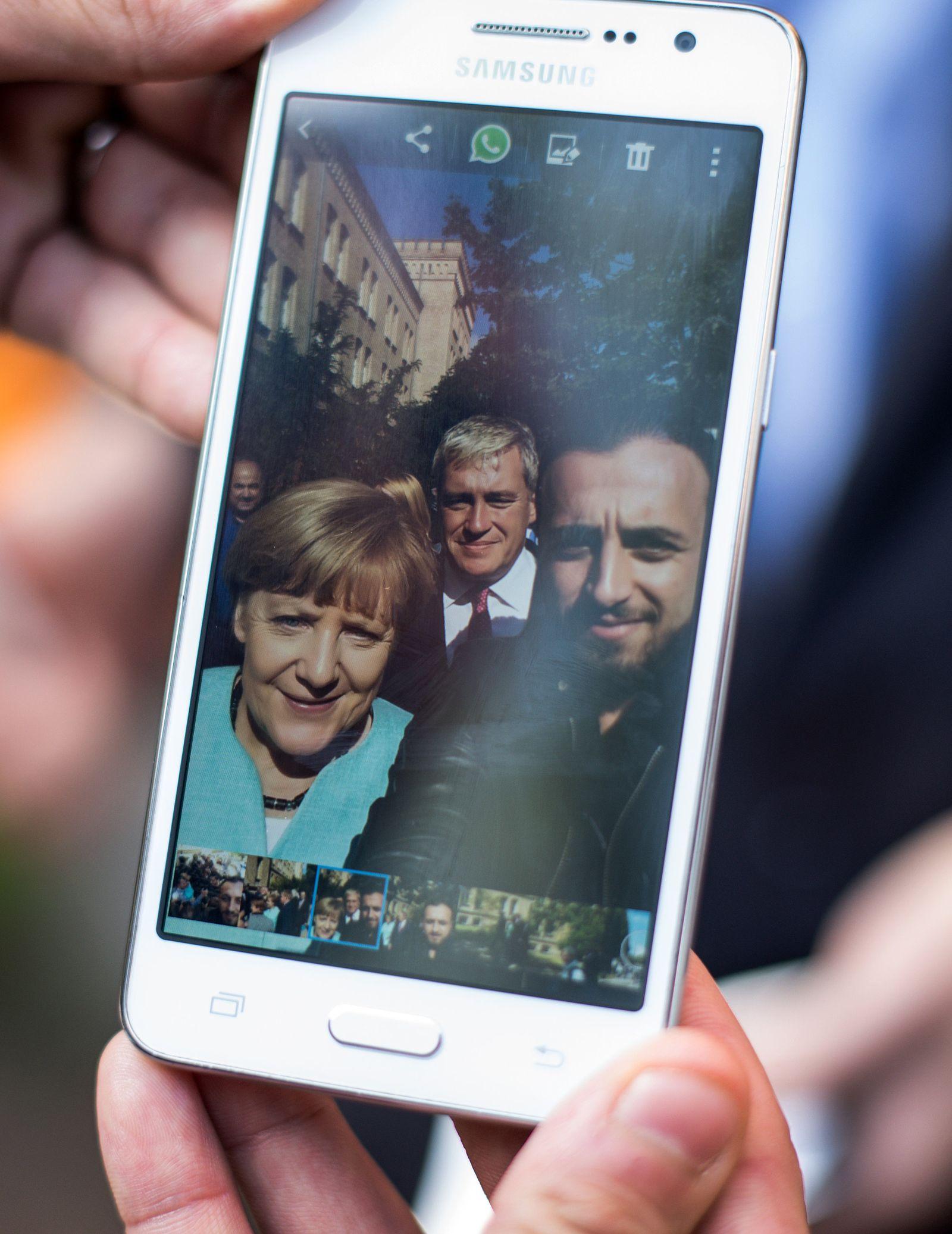 SPIN 39/2015 Merkel pp16 Bundeskanzlerin Merkel besucht Flüchtlingsunterkunft