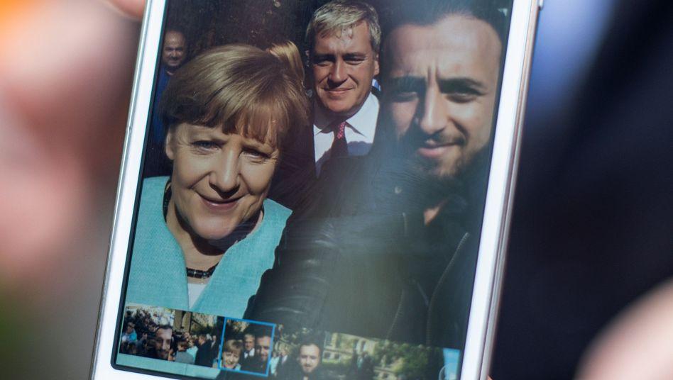 Angela Merkel mit Flüchtling Rodin Saouan: eine Kakofonie der Ratlosigkeit