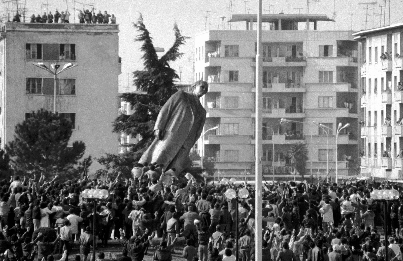 ALBANIANS PUSH OVER THE STATUTE OF DICTATOR HOXHA IN 1991.