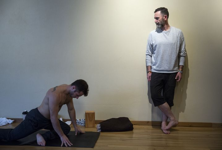Yogalehrer Scott (r.)