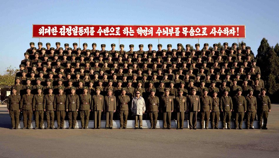 """Nordkoreas Staatschef Kim Jong Il mit Soldaten: """"Mit dem Rücken zur Wand"""""""