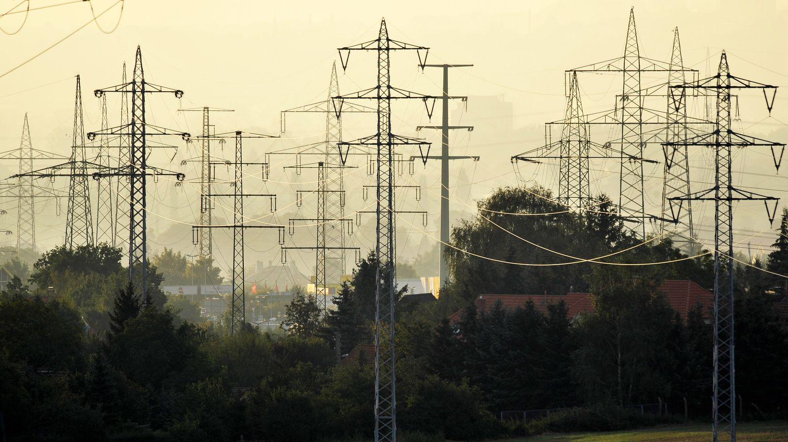 Strommasten / Stromnetz / Energie / Strom