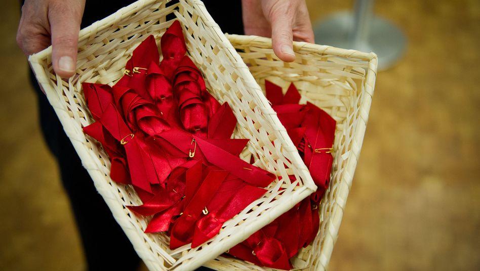 Rote Aids-Schleifen: Die Zahl der HIV-Infizierten bleibt unverändert hoch