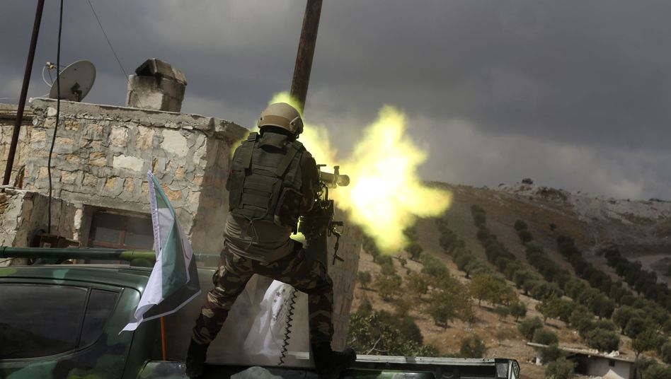 Ein syrischer Soldat feuert mit einer Waffe ins Gelände (Archivbild)