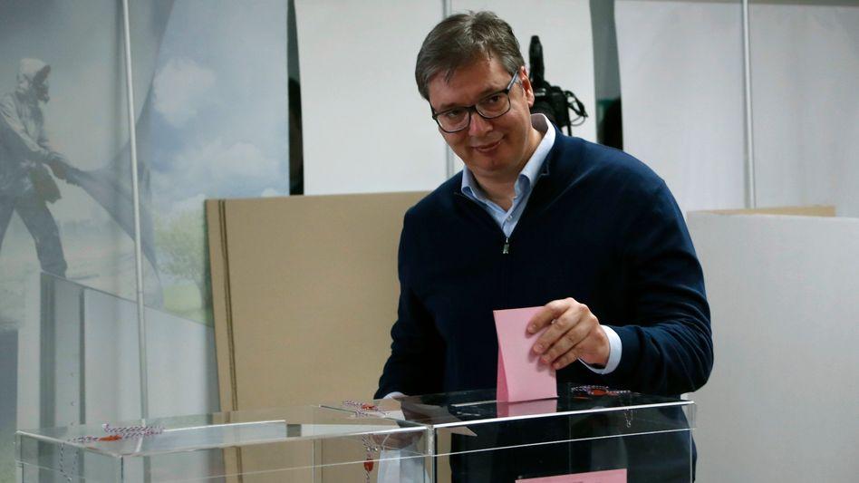 Serbiens Präsident Aleksandar Vucic an der Urne - seine Partei gewann die Parlamentswahl