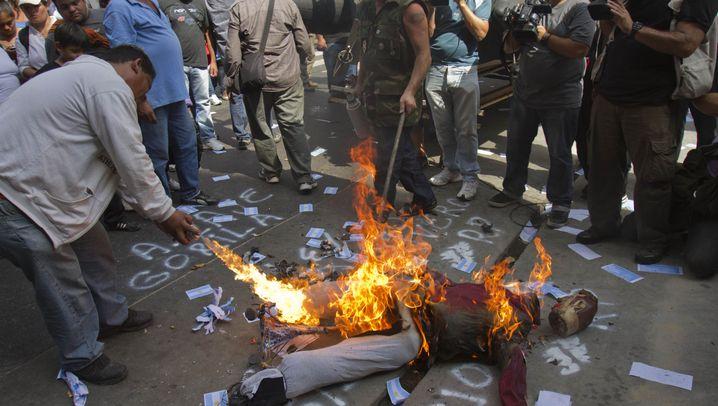 Randale in Buenos Aires: Fliegende Steine, brennende Prinzen-Puppe