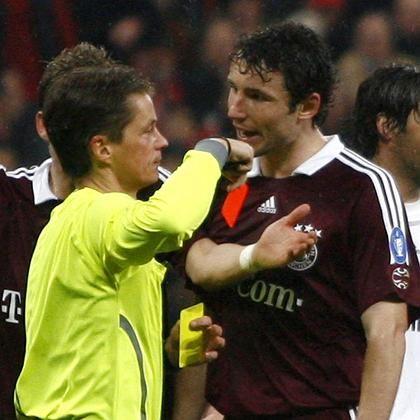 Schiedsrichter Michel (l.), van Bommel (r.): Diskutiert bis zum Platzverweis