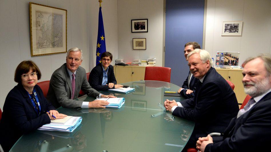 EU-Chefunterhändler Barnier (2. von links) und der britische Brexit-Minister David Davis (2. von rechts): Wo sind die Papiere?